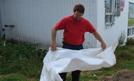 Étape 2 - Secouer le plastique afin d?éliminer les contaminants restants. Le laver n?est pas nécessaire.