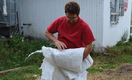 Étape 3 - Rouler le plastique en petits ballots. Les attacher par une corde de plastique est une méthode acceptable.